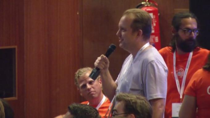 Ramón Rautenstrauch preguntando a Matt Mullenweg sobre el soporte multi idioma en el core de WordPress